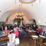 Der Vorsitzende Peter Weith (rechts, stehend) moderierte die Jahreshauptversammlung der Freunde der Plasssenburg in den Gewölben der Burgschänke, auf der die Vereinsreform abgeschlossen wurde, die unter anderem einen nun einheitlichen Mitgliedsbeitrag, einen innovativen Internetauftritt, geänderten Buchverkauf und eine neue Geschäftsadresse beinhaltet.