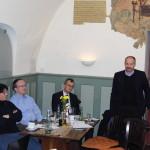 Der stellvertretende Landrat Jörg Kunstmann (stehend) lobte die Vereinsarbeit, das Engagement für das Kulmbacher Wahrzeichen und will Anliegen der Freunde der Plassenburg gerne bei Stadt und Landkreis vertreten.