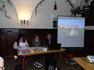 Bemerkenswerte Ausschnitte mit fantastischen Flügen über die Dächer der Festung präsentierten die Freunde der Plassenburg als Vorgeschmeck auf den Plassenburgfilm. Von links: die neue Schriftführerin Andrea Senf, die stellvertretende Vorsitzende Jennifer Grafunder und der Vorsitzende Peter Weith.