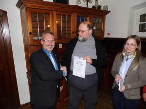 Der kulmbacher Kreisheimatpfleger Harald Stark (Mitte) erhielt die Ehrenurkunde für 25 Jahre Mitgliedschaft bei den Freunden der Plassenburg von Peter Weith und Jennifer Grafunder.