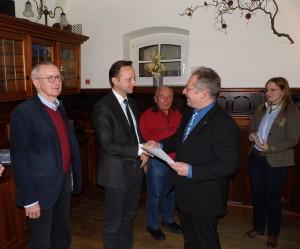 Bernd Winkler erhielt ebenso wie der Markt Mainleus, für den Bürgermeister Robert Bosch die Ehrung entgegen nahm, und Werner Ludwig die Urkunde für 40 Jahre treue Verbundenheit mit Kulmbachs größtem Kulturverein aus den Händen von Peter Weith und Jennifer Grafunder.