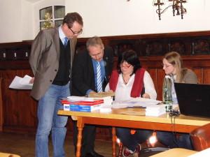 Die Wahlen für die neue Vorstandschaft der Freunde der Plassenburg leitete Stadtrat Wolfram Brehm (links). Alter und neuer Vorsitzender bleibt Peter Weith, zur neuen Schriftführerin wurde Andrea Senf gewählt, neue stellvertretende Vorsitzende ist Jennifer Grafunder.