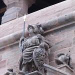 Ihre Lanze samt goldglänzender Spitze hat die Göttin Athena wieder, die mit einem von einem mit Schlangenhaar umsäumten Medusenhaupt auf dem Schild ganz oben auf dem Christiansportal sitzt.