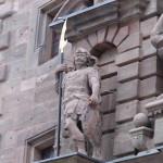 Mit so genannten Gleefen sind die über 230 Zentimeter hohen Kriegerfiguren bewaffnet, die seit etwa 60 Jahren fehlten, und Dank der Freunde der Plassenburg und eines anonymen Spenders rekonstruiert werden konnten.