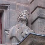 Auf halber Höhe, zu Füßen des Markgrafen, hat sich der Schöpfer des Protals Hans Werner selbst als Büste in Sandstein verewigt.
